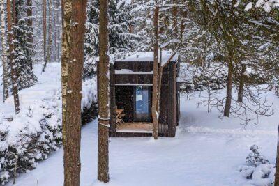 väikemaja lumises metsas
